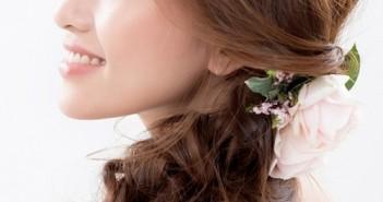 Kiểu tóc cô dâu đẹp kết hợp với hoa cài tóc mang lại vẻ đẹp lãng mạn rất tự nhiên 1