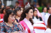 Kiểu tóc xoăn bồng bềnh của hoa hậu Đỗ Mỹ Linh trong buổi lễ khai giảng 3